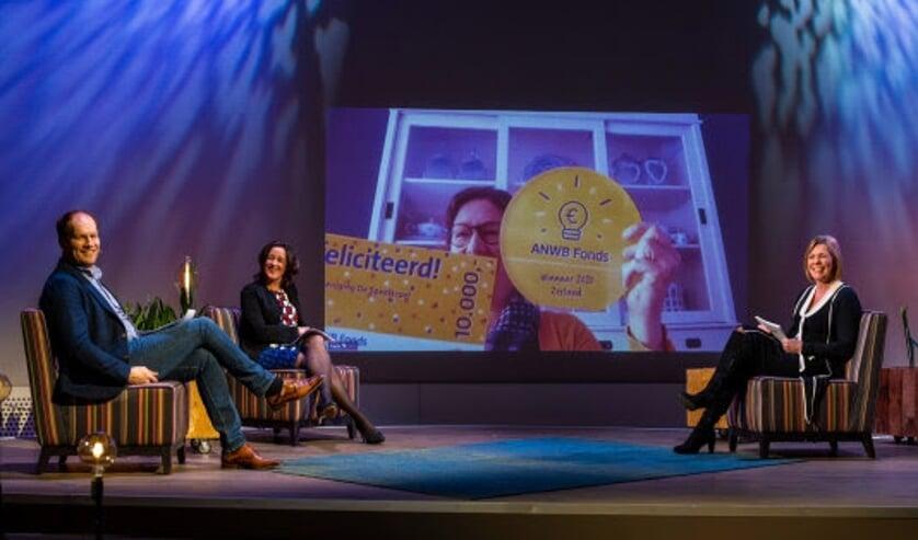 <p><strong>Peter Sieuwers, Aannemarie Gerards en Marga de Jager (Directeur merk en leden) Op het beeldscherm de Thoolse winnares Joline Jansen.</strong></p>
