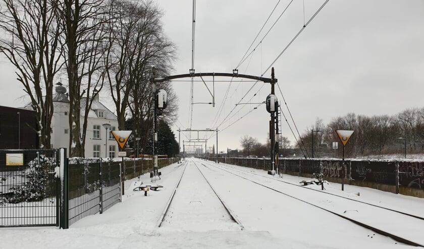 Het spoor ligt vol met sneeuw.