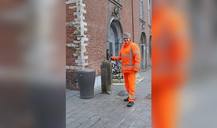 <p>Ben Verberk aan het werk in de binnenstad van Goes.</p>