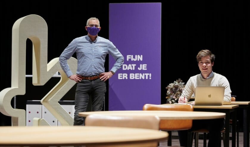 <p>Wethouder Ren&eacute; van Ginderen en voorzitter jongerenraad Sebastiaan Waegemaekers bij nieuw ingerichte studieplekken in theater de Kring</p>