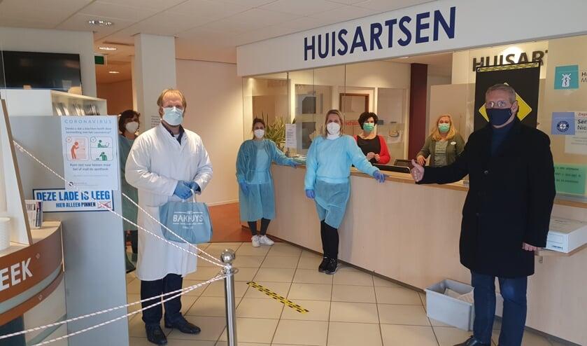 <p>Burgemeester Ruud van den Belt kwam het prikteam hoogstpersoonlijk een hart onder de riem kwam steken. </p>