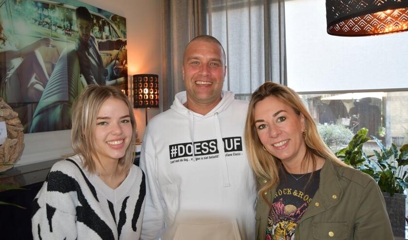 <p>Janneke van Etten (r), Rob Ottenhof en links bonusdochter Dewi.</p>
