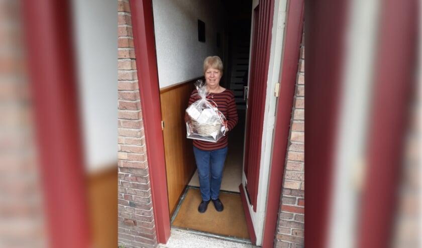 <p>Corina de Koning-Koolen is blij verrast met haar pakket.</p>