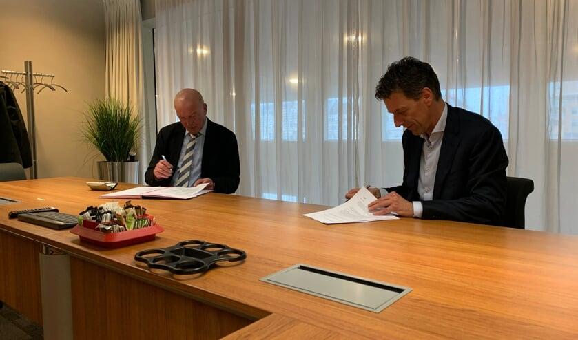 Toine Poppelaars, dijkgraaf, en Pieter Wisse, wethouder gemeente Veere tekenen de huurovereenkomst