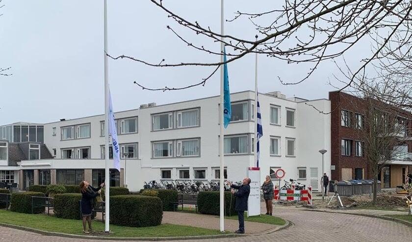 <p>De vlaggen worden gehesen voor de opening van De Spindel.</p>