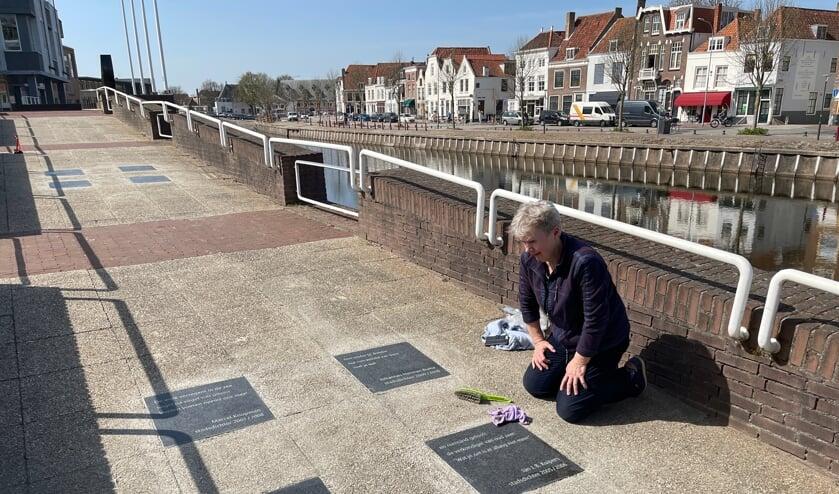 El van Hal legt de laatste hand aan de tegelgedichten op de Kousteensedijk in Middelburg