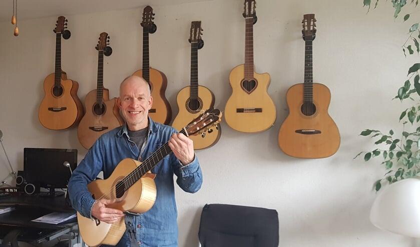 <p>Vincent bij een gedeelte van zijn handgemaakte gitaren.</p>