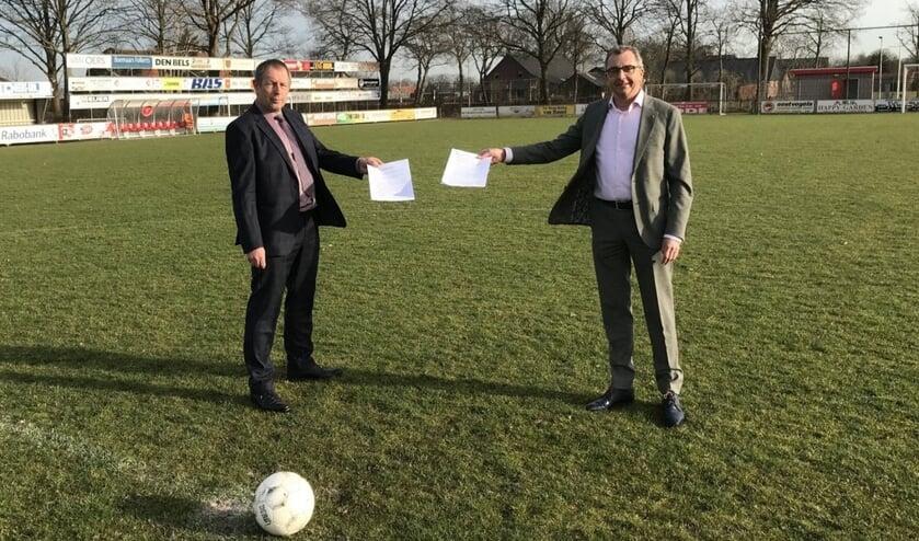 <p>VV Wernhout-voorzitter Jan Hereijgers (links) en wethouder Johan de Beer.</p>