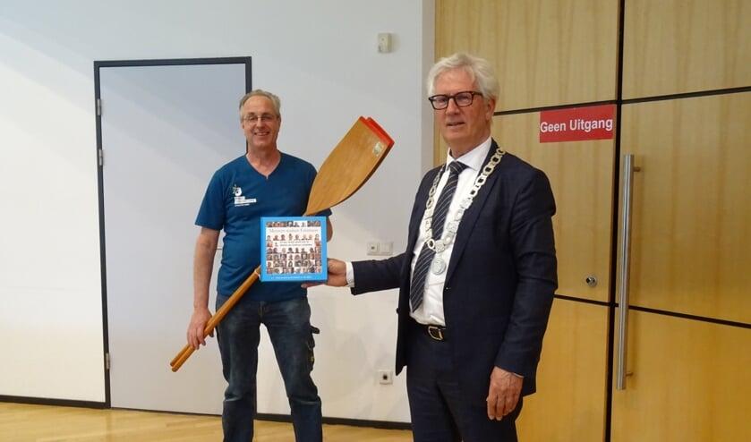 Fred Huneker en burgemeester Klijs met het boek.