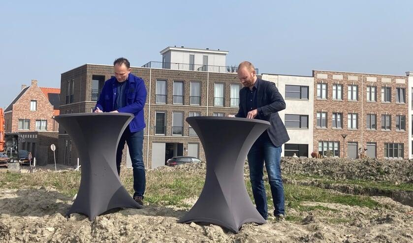 L'Escaut woonservice en wethouder Sem Stroosnijder tekenen de overeenkomst voor De Dempo.