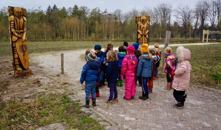 De ridders begroeten jonge bezoekers