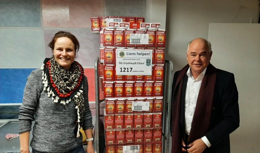: Lion Jan van de Riet draagt de Koffiepakken over aan Margreet Jans