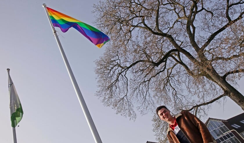 <p>Jeroen van der Ha hijst de regelboogvlag voor twintig jaar homohuwelijk.</p>