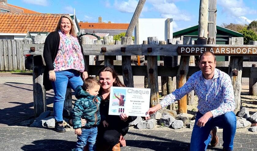Ivo van Beekhuizen overhandigt de cheque aan Nathalie Heiboer en haar zoontje Finn