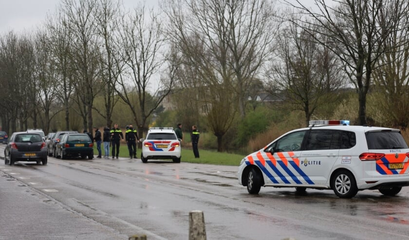 De politie kwam met meerdere voertuigen ter plaatse.