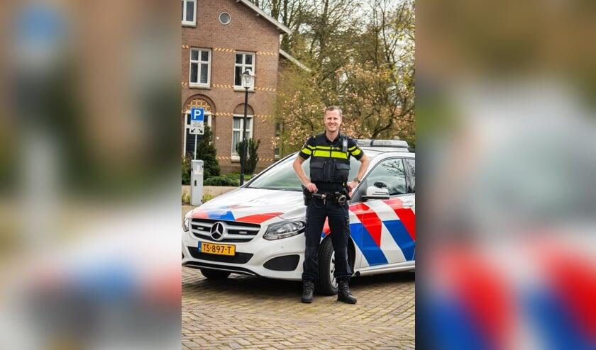 <p>Wijkagent Marten Bullema doet verschillende dingen om het hardrijden tegen te gaan.&nbsp;</p>