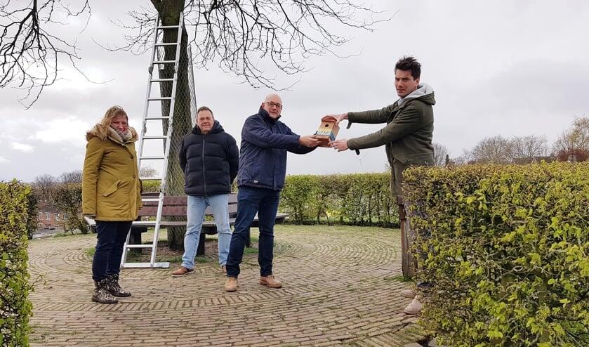 <p>Wethouder Jeffrey van Agtmaal (rechts) neemt een nestkastje in ontvangst.</p>