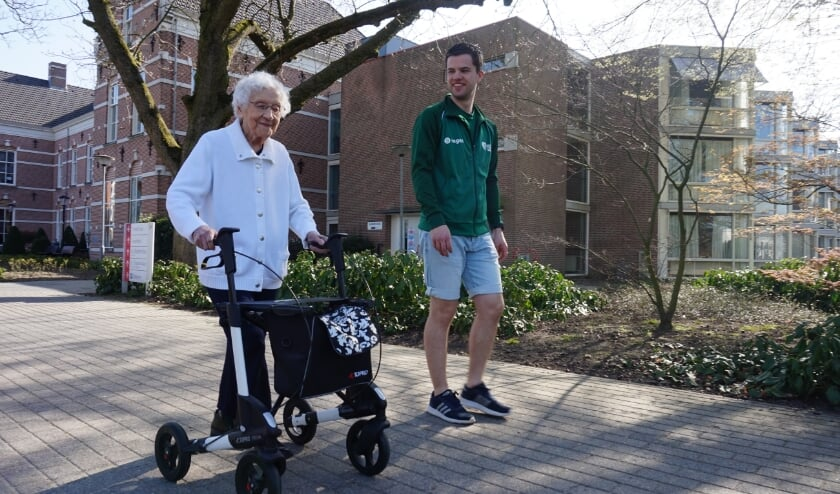 <p>Mevrouw Stoffelen aan het wandelen samen met Buurtsportcoach Menno.</p>