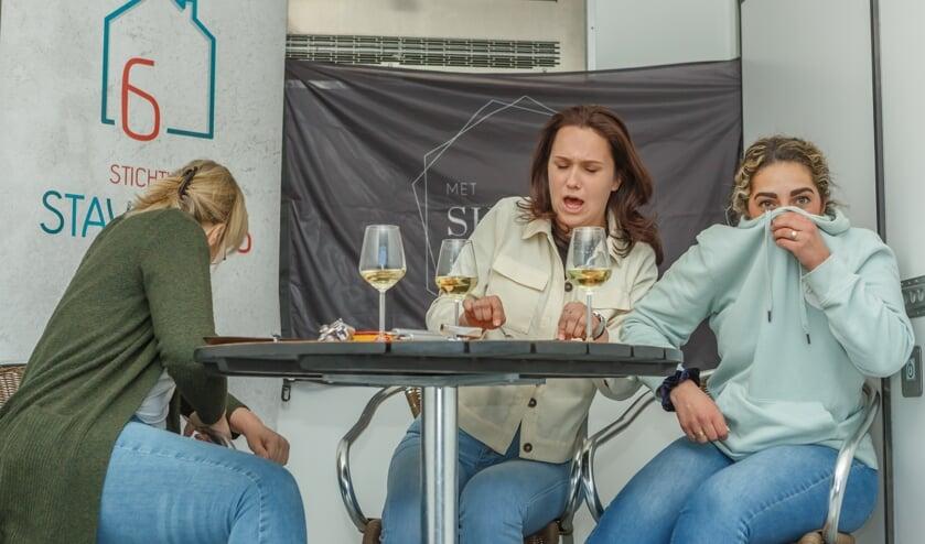 <p>Van links naar rechts. Marloes, Evelien en Sharon hebben de challenge aanvaard en hebben de &nbsp;Surströmming geproefd.</p>
