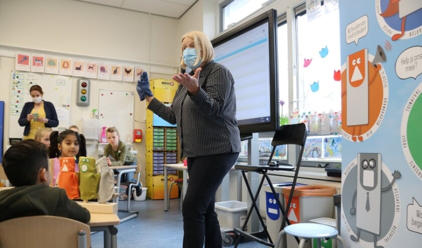 <p>Wethouder Wilma Baartmans geeft het startschot voor het afvaleducatieprogramma op de PiusX-school in Welberg.</p>