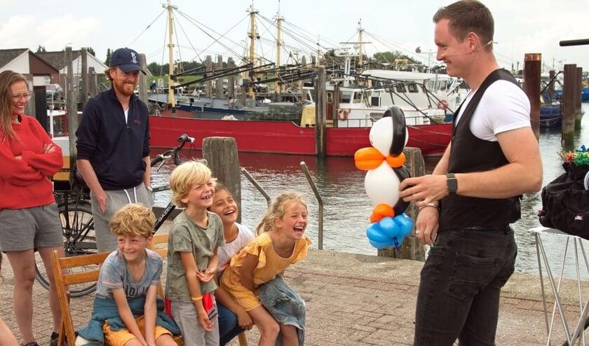 <p>Goochelaar Evert maakt kinderen aan het lachen.</p>