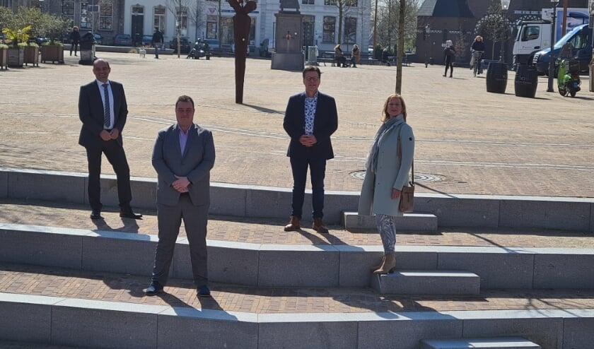 <p>Danny Dingemans, Lennard Zwaard, Michel van Opstal en Desiree Brummans in het centrum van Zevenbergen.&nbsp;</p>