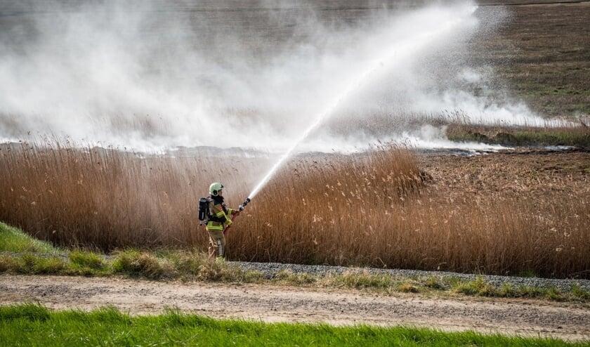 De brandweer had moeite met de brand onder controle te krijgen.