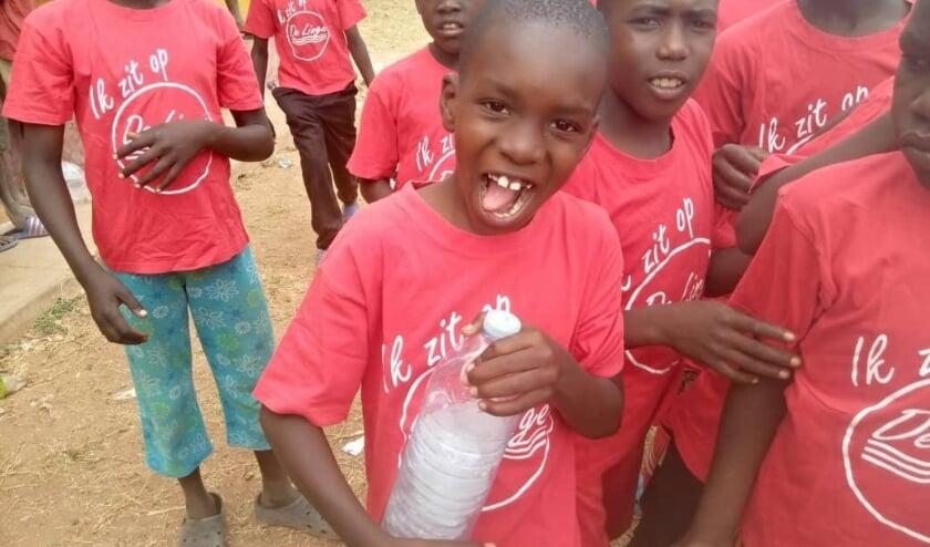 <p>De Oegandese kinderen in hun nieuwe shirts.</p>