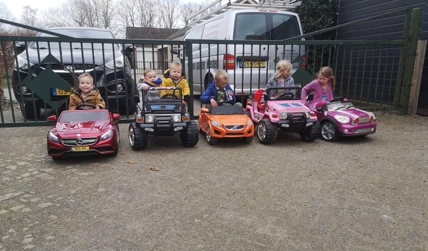 <p>De kleinkinderen op visite in hun eigen auto.</p>