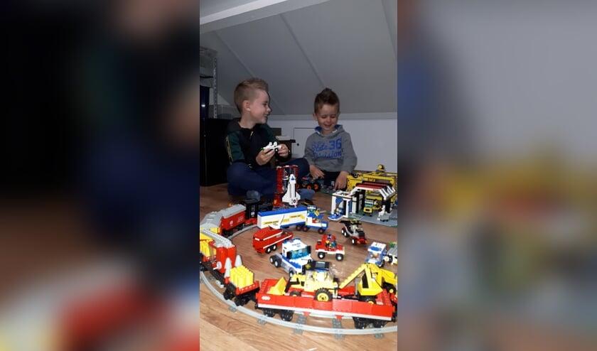 <p>Teun en Mats van Beek vermaken zich op hun Lego-zolder.</p>