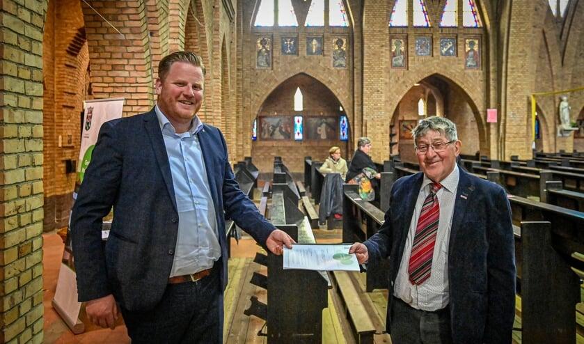 <p>Ondertekening plaats in de kerk in Hoeven voor het nieuwe dorpshuis.</p>