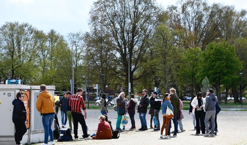 Een groep mensen heeft zich verzameld op het Chasséveld.